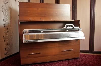 Вязальный стол открыт, вязальная машина выдвинута в рабочее положение