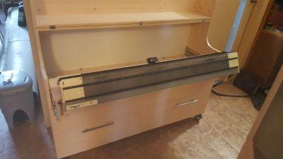 Вязальный стол «Византия-Н», двухфонтурной машина Нева выдвинута в рабочее положение