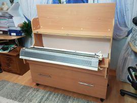 Вязальный стол, верхняя крышка открыта, машина в рабочем положении