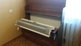Вязальный стол, верхняя крышка открыта, машина в рабочем положении, цвет - орех