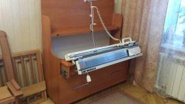 Вязальный стол, машина в рабочем положении, нитевод установлен, цвет - вишня